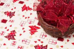 在柳条筐的红色圣诞节丝带 库存图片