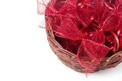 在柳条筐的红色圣诞节弓 免版税库存图片
