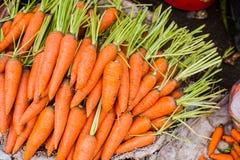 在柳条筐的红萝卜在越南市场上 免版税库存图片