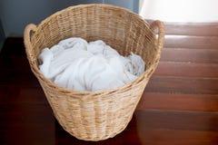 在柳条筐的肮脏的毛巾 免版税库存照片