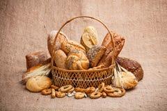 在柳条筐的面包和卷 免版税库存图片