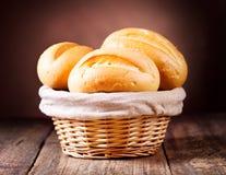 在柳条筐的面包 免版税库存照片