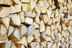 在柴堆的桦树木头烤箱或壁炉纹理backgro的 免版税库存照片
