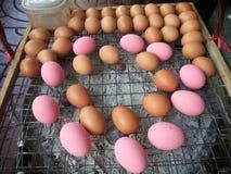 在栅格的鸡蛋被烤的 泰国食物的街道 图库摄影