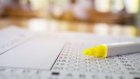 在标准测试的光学形式的特写镜头笔与答复b的 免版税库存图片
