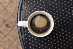 在标准白色杯子的Americano咖啡 免版税库存图片