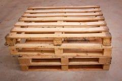 在标准维度的木运输板台 图库摄影