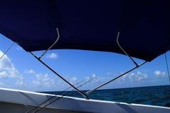 在标尺端的小船捕鱼 免版税库存照片
