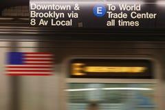 在标志下的连续火车 免版税库存图片