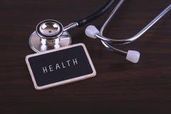 在标签写的医疗概念健康词用听诊器标记 免版税库存图片