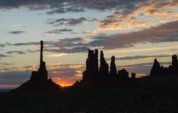 在标识杆的顶饰的日出剪影在纪念碑谷 库存照片