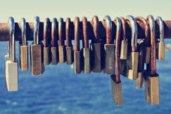 在栏杆的生锈的挂锁在海附近 库存图片