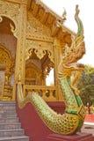 在栏杆的纳卡人雕象在泰国寺庙 免版税库存图片