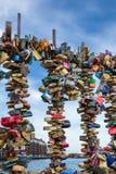 在栏杆,都伯林市的许多五颜六色的挂锁 库存图片