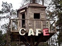 在树上小屋的咖啡馆标志 免版税库存照片