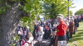 在树中的人们在挪威服装 库存图片