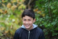 在树中的微笑的男孩 免版税图库摄影