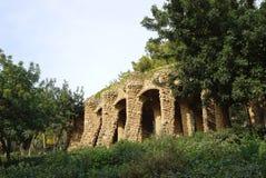 在树中的石结构大厦在公园guell 免版税库存照片