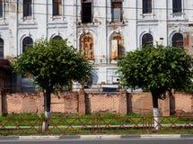 在树中的被毁坏的大厦 库存图片