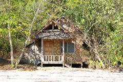 在树之间的一个小屋在Rang亚伊海岛 库存图片