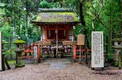 在树之间的橙色寺庙在奈良日本 免版税库存照片