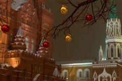 在树圣诞节装饰的红色金黄黄色球在克里姆林宫塔的背景莫斯科和历史 免版税图库摄影