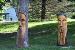 在树外面的耶稣雕刻 免版税库存照片
