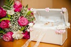 在树干的圆环在婚礼花束新娘旁边 免版税库存图片