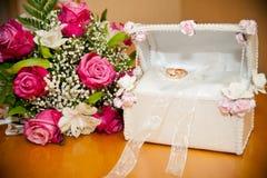 在树干的圆环在婚礼花束新娘旁边 免版税图库摄影