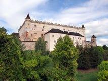 在树木丛生的小山的Zvolen城堡 图库摄影