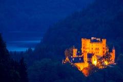 在树木丛生的山的夜城堡 库存图片