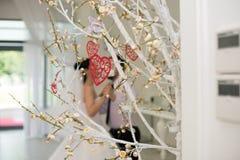 在树枝的红色心脏 节日快乐庆祝华伦泰的爱心脏的天概念 库存照片