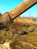 在树桩的生锈的轴 库存图片