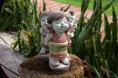 在树桩的石小雕象 免版税图库摄影