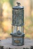 在树桩的老土气油灯 库存图片