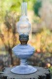 在树桩的老油灯 免版税库存照片