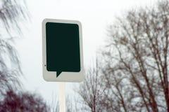 在树的一个标记在公园 在木标记的空白的概念消息  库存照片