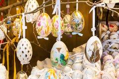 在树的不同的五颜六色的被绘的复活节彩蛋在传统欧洲市场上 库存图片