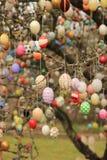 在树的五颜六色的复活节彩蛋 免版税库存图片