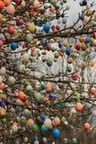 在树的五颜六色的复活节彩蛋 免版税图库摄影