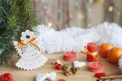 在树的圣诞节天使和在五颜六色的背景bokeh的红色蜡烛在圣诞节和新年装饰中 库存图片