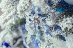 在树的圣诞节装饰玻璃雪花 减速火箭的设计 图库摄影