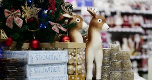 在树的圣诞装饰与圣诞灯 在一棵圣诞树的装饰与球,弓,星号和 股票录像
