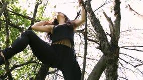 在树的年轻性感的舞蹈家妇女跳舞 股票视频