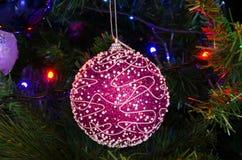 在树的桃红色圣诞节球 免版税库存图片