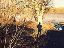 在树的男性剪影 免版税库存照片