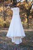 在树的白色婚礼礼服 免版税库存图片