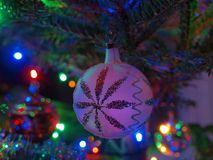 在树的白色装饰 免版税库存图片