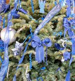 在树的蓝色圣诞节装饰 库存图片