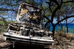 在树的被放弃的白色轿车在Waialea海滩附近 库存图片
